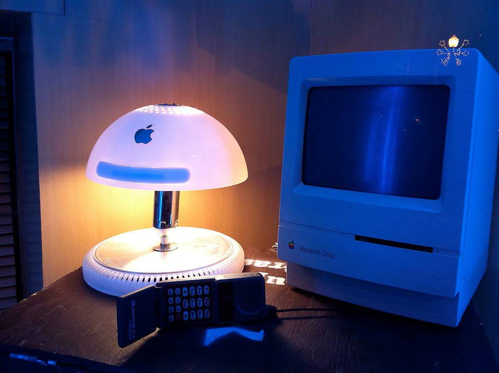 Художественная переработка старой электроники, наподобие представленного здесь iMac G4, тоже вариант увеличения стоимости. Но можно ли поставить его на поток?