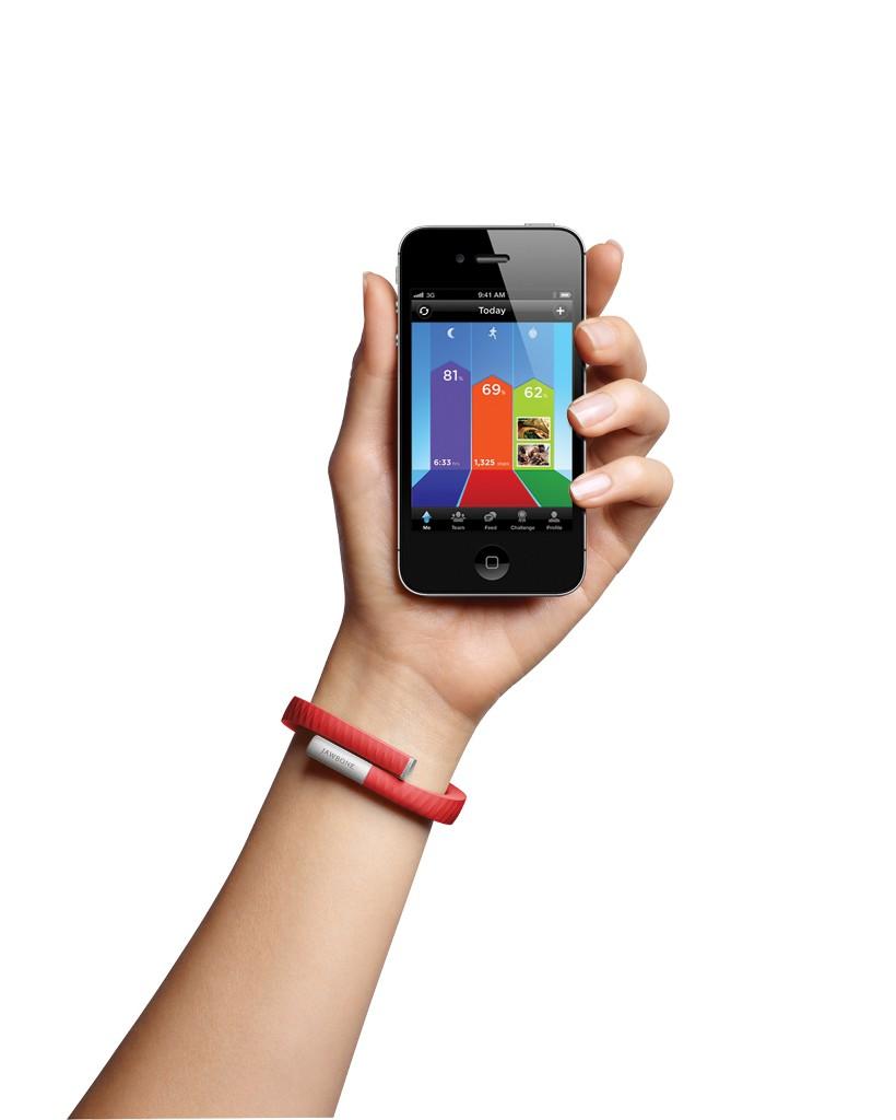 Jawbone UP лишён Bluetooth-передатчика и подключается к смартфону через аудиоразъём. Это ограничивает его возможности, но не все так скромны: многочисленные конкуренты UP (см. далее) оснащены и средствами беспроводной связи, и массой дополнительных сенсоров, помимо акселерометра.