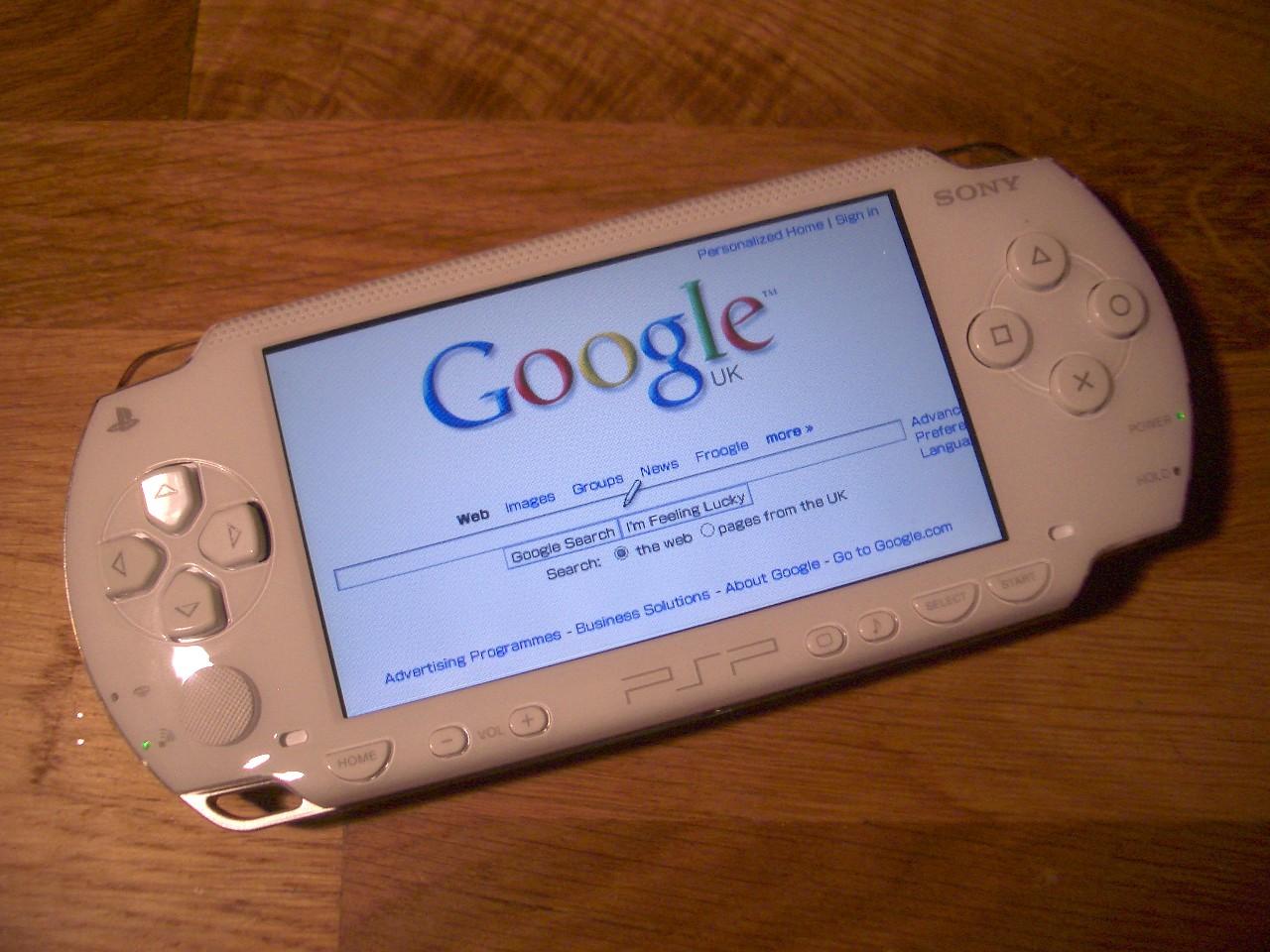 Мишка и его PSP (фотографировать я не стал, так что картинка выше - просто для иллюстрации) - живой пример того, как однобоко взрослые понимают компьютерные игры. Это для нас игрушки - всего всего лишь способ убить время. Для ребёнка игра служит проводником в мир высоких технологий. Оттолкнувшись от необходимости запустить новую игру на старом железе, он самостоятельно, мимоходом освоит все вспомогательные инструменты и концепции, которые потребуются для этого (фото: Dan Taylor).