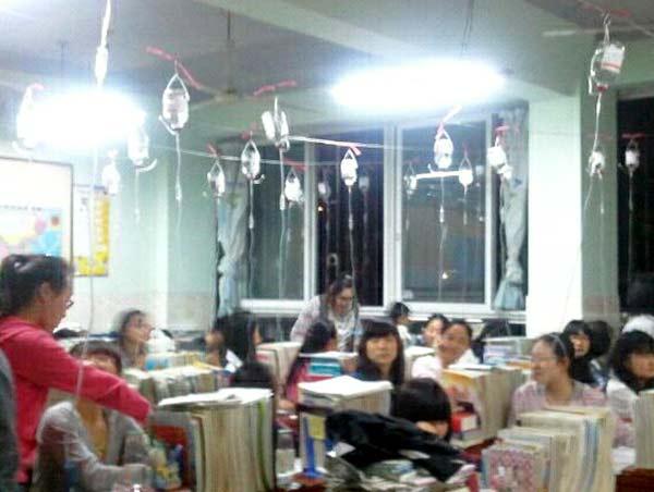Игнорировать интеллектуальную собственность в процессе обучения - конечно плохо. Но может быть пора назвать это национальной особенностью российского образования и легализовать? А то не ровен час возьмём пример с Китая, где жесточайшая конкуренция между абитуриентами уже привела к тому, что некоторые школьники готовятся к вступительным экзаменам под капельницами с питательной смесью (фото: China Daily).