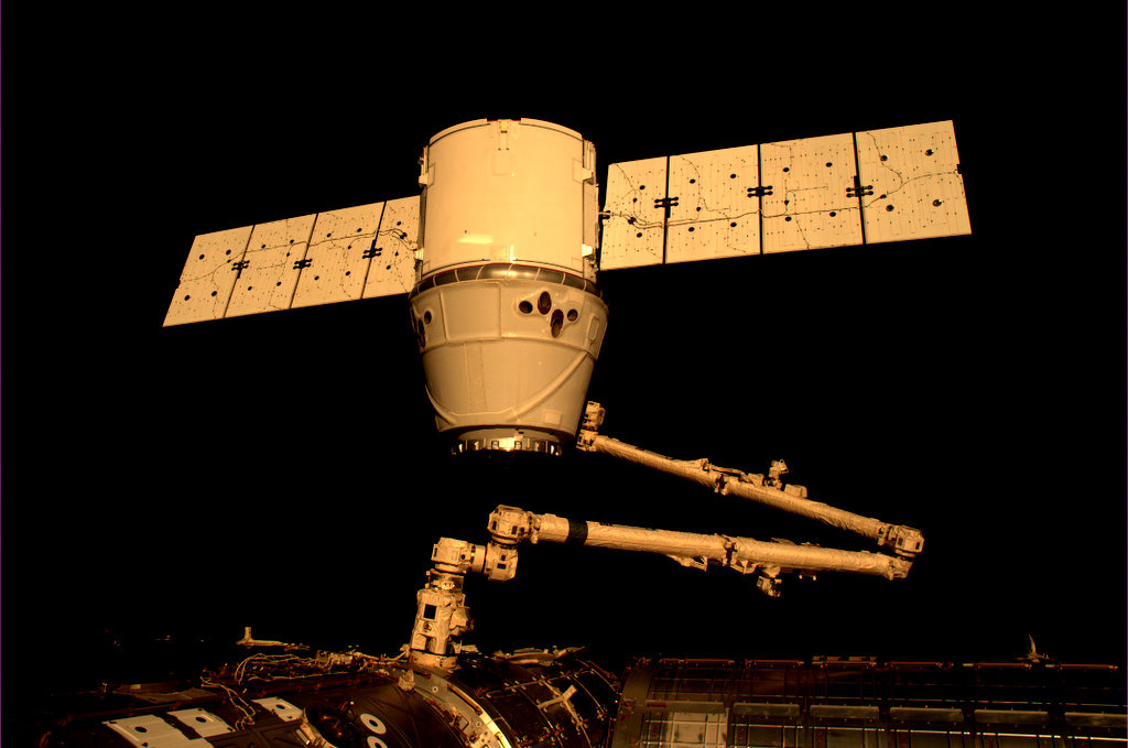Захват SpaceX Dragon манипулятором Canadarm