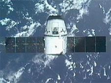 «Поймать Дракона»: манипулятор Canadarm МКС ухватил капсулу SpaceX Dragon