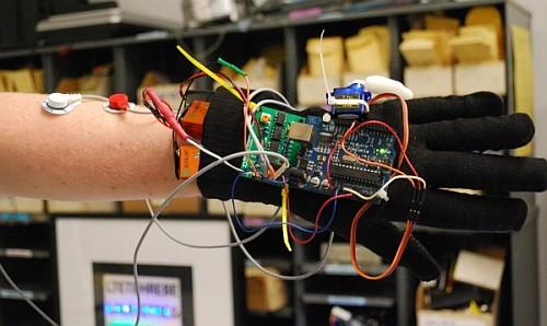 Arduino управляет кибернетическим шестым пальцем