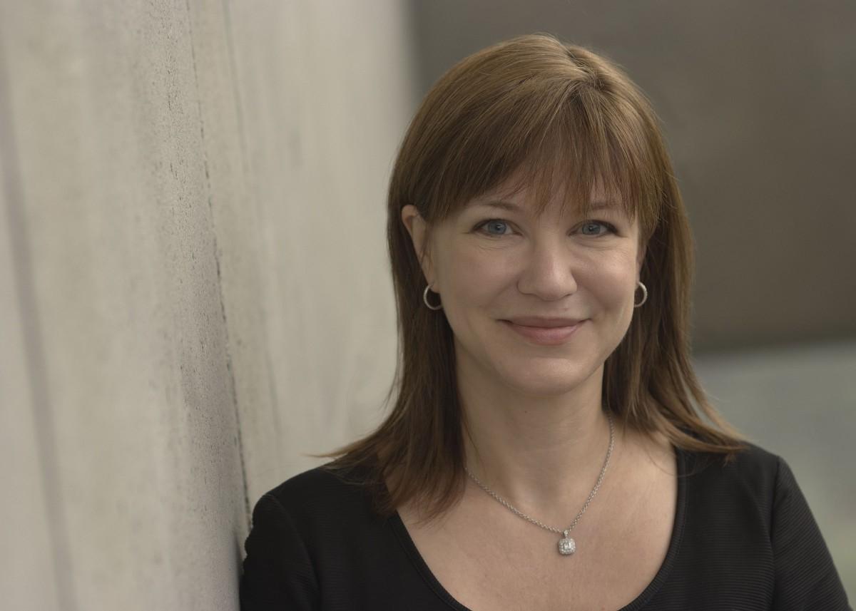 Про Джулию Ларсен-Грин, которая фактически заменит Синофски, рассказывают удивительные вещи. Например,  знакомить и мирить повздоривших коллег она любит за бутылочкой вина.