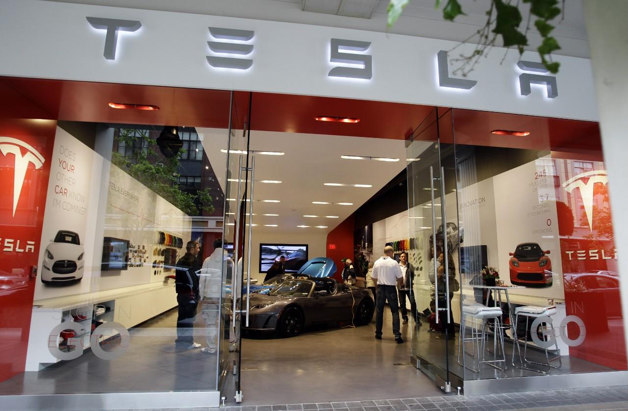 Самые ёмкие литий-ионные аккумуляторы - одновременно ещё и самые пожароопасные. Такие, в частности, используются в электромобилях Tesla Motors и на авиалайнерах Боинг-787. Но у Tesla аккумулятор поделён на сотни ячеек, что уменьшает вероятность перегрева и пожара, тогда как в Боингах батареи состоят всего из нескольких секций.