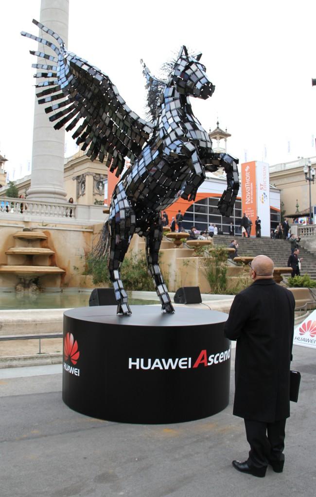 Отдельная история — отношение компании к интеллектуальной собственности. Как и многие другие молодые высокотехнологичные китайские стартапы, первые лет пятнадцать жизни Huawei не стеснялась копировать наработки конкурентов, на чём время от времени и попадалась. Теперь, однако, чем дальше, тем чаще ревнителем патентной чистоты выступает сама Huawei.