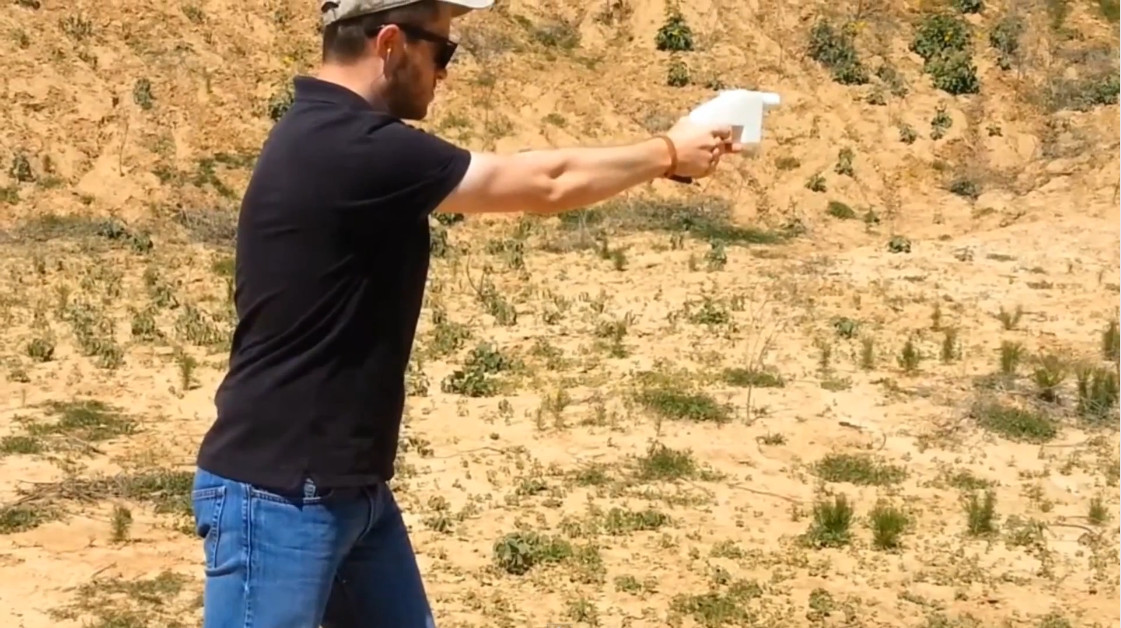 Коди Уилсон (здесь он демонстрирует Liberator) формулирует свою позицию по печатному оружию кратко: да, печатные огнестрелы могут вредить людям, но я не думаю, что это причина не разрабатывать их или не выкладывать в Сеть.