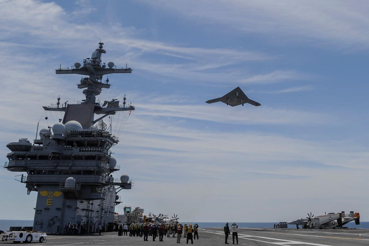 Это X-47B, но синхронно с американцами фото новейшего дрона — кстати, здорово похожего обводами, — было опубликовано Китаем.