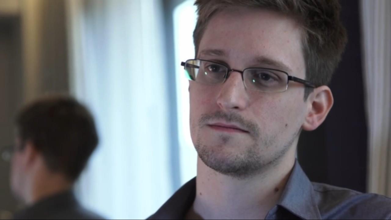 Сегодня ночью стало известно, кто был автором утечки о PRISM: 29-летний Эдвард Сноуден, бывший сотрудник ЦРУ, проживающий сейчас в Гонконге (в следующие два года он станет звездой правозащитной сцены - прим. 2016 г.). Сделал он это умышленно, исходя из желания информировать общество, что творится от его имени против него самого. Эдвард попросту устал от тотальной систематической слежки государства за гражданами. Прятаться от правосудия он не намерен.