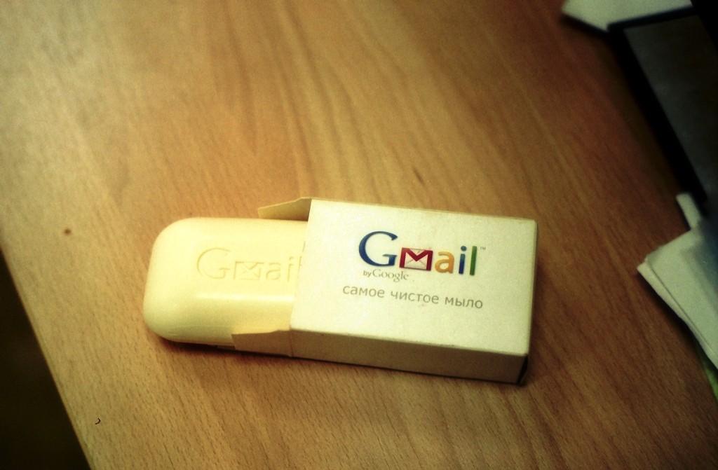 Любители Gmail могут утешиться обещанием Google: люди почту не читают, только роботы. Но держите в голове и результаты любопытного эксперимента, проведённого недавно ребятами из security-агентства High-Tech Bridge. Посредством полсотни популярных веб-сервисов они отправили письмо, содержащее ссылку на некую веб-страничку (причём опциями robots.txt поисковым системам вход на неё запрещался). Так вот оказалось, что в Google, Facebook, Formspring и, отчасти, Twitter, кто-то распаковал письмо, извлёк ссылку и зашёл по ней. Роботы или люди — неизвестно, но сам факт заслуживает внимания.