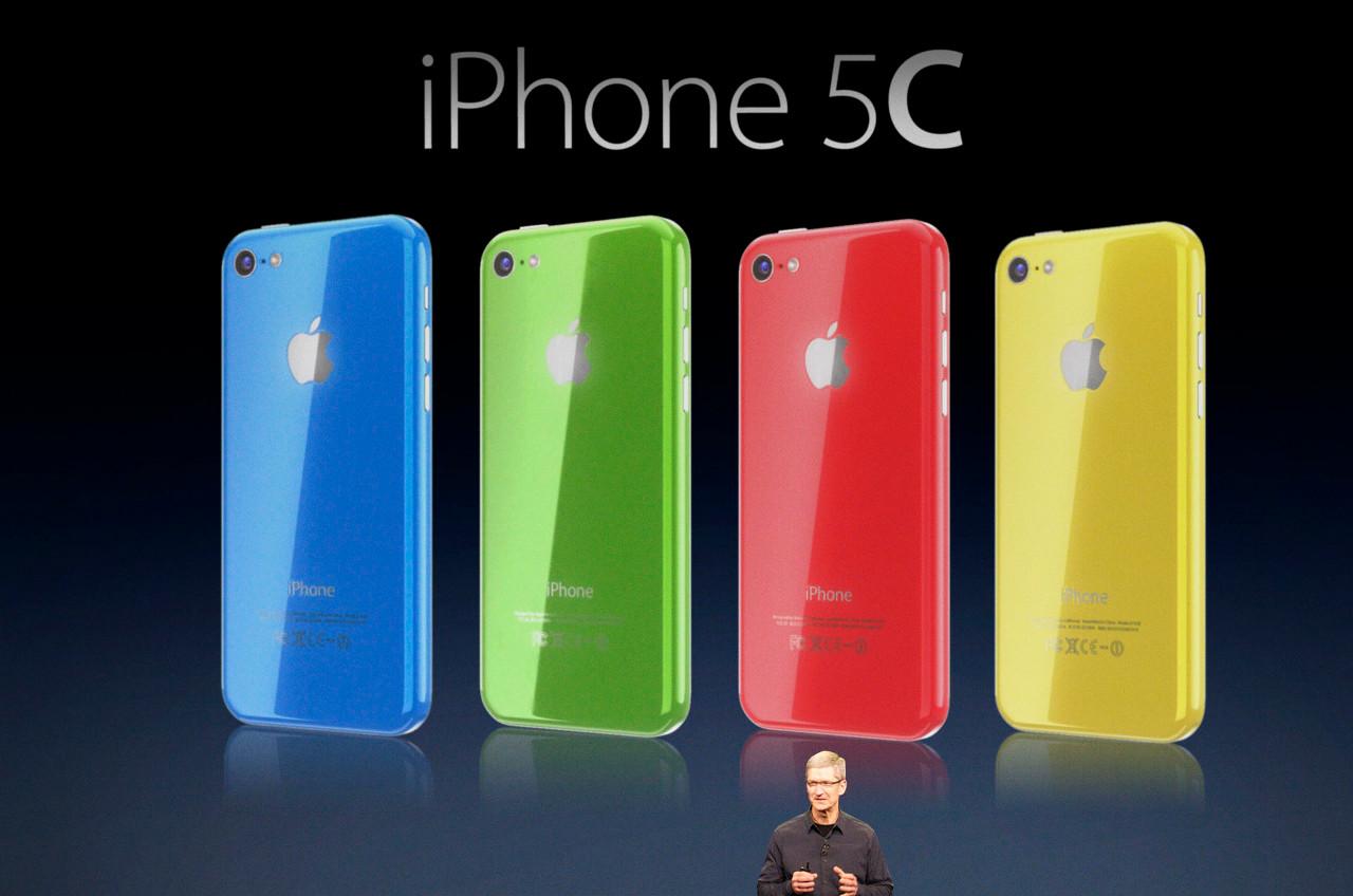 «Бюджетный» 5C уже очевидно провалился. Ритейлеры сразу же заявили, что намерены предлагать его дешевле озвученной Apple цены. А предзаказов за первые сутки было сделано вполовину меньше по сравнению с прошлогодним iPhone 5 — почему Apple впервые за несколько лет и не стала хвастаться цифрой.