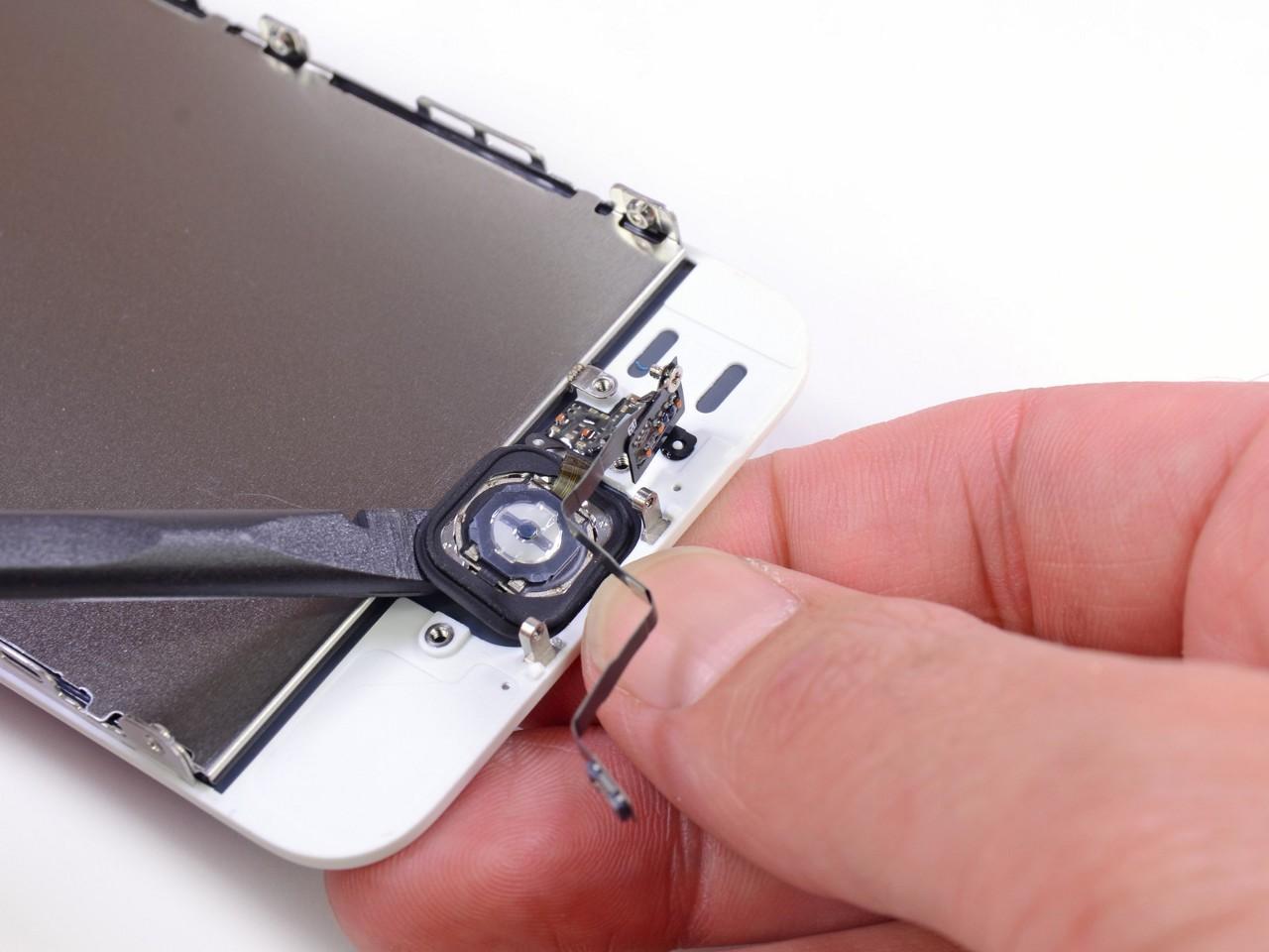 Теперь в случае преждевременного разряда аккумулятора (который у 5s и вправду оказался лишь чуть более ёмким, нежели у предыдущих моделей, - 1 440 мА•ч), пользователь iPhone сможет запустить его, покрутив прилагающуюся ручку (фото: iFixIt.com).