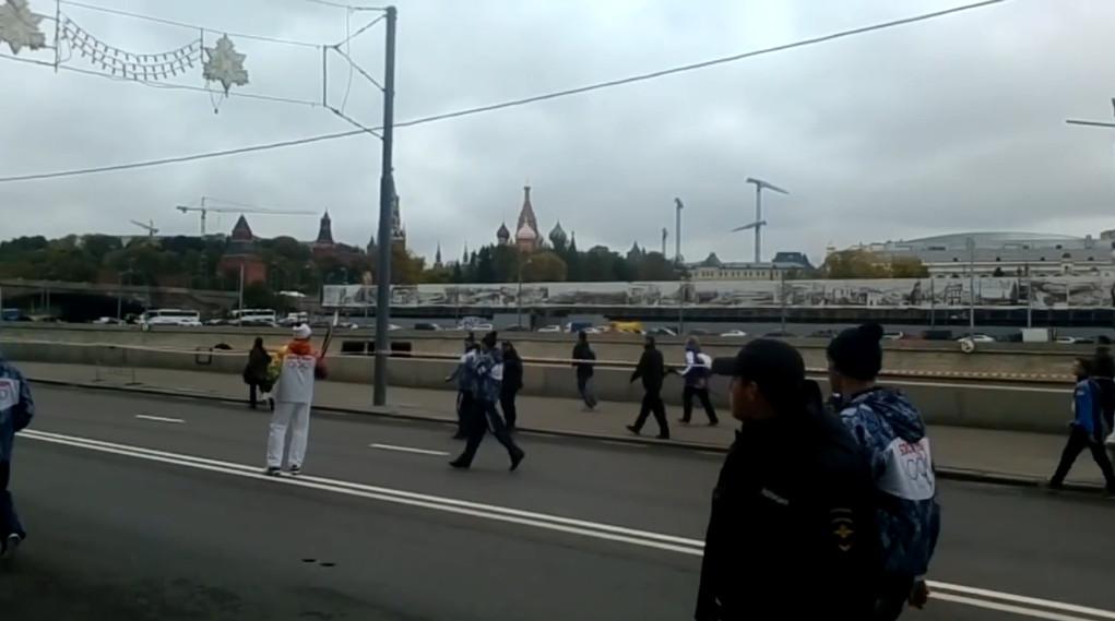 Понедельник, Москва, и снова потухший олимпийский факел (кадр из видеролика Анастасии Наумовой).