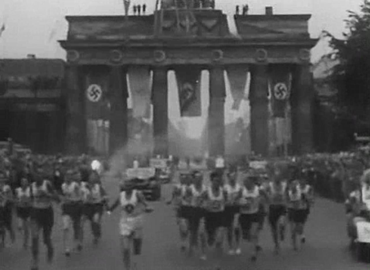 Первый олимпийский факел (кадр из к/ф «Олимпия»).