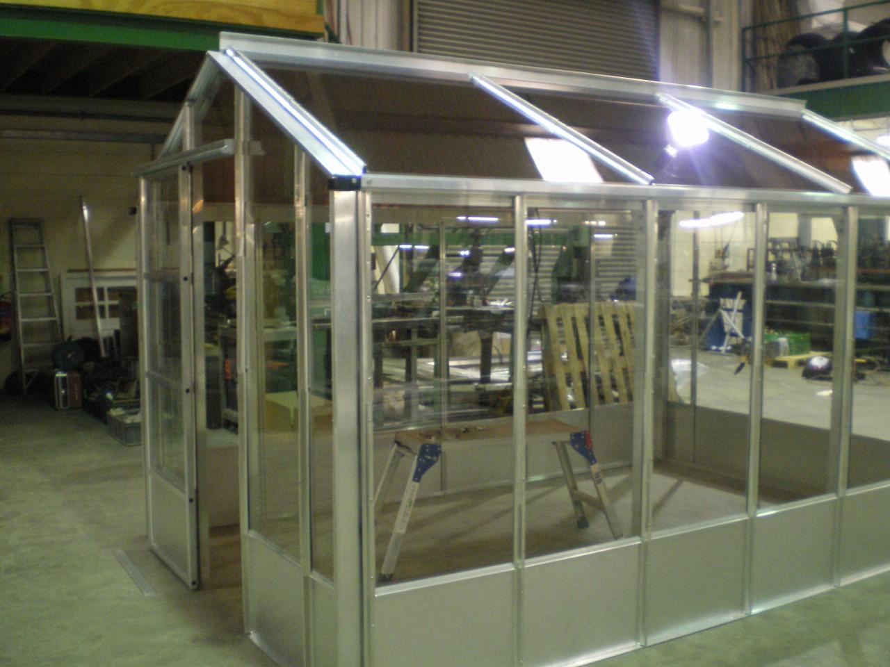 А на подходе уже солнечные батареи, работающие от УФ-лучей. Вдобавок ко всему, они ещё и прозрачны для видимого света и тепла!