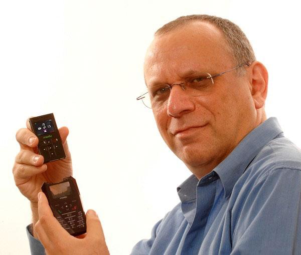 А это Дов Моран и один из мобильников Modu.