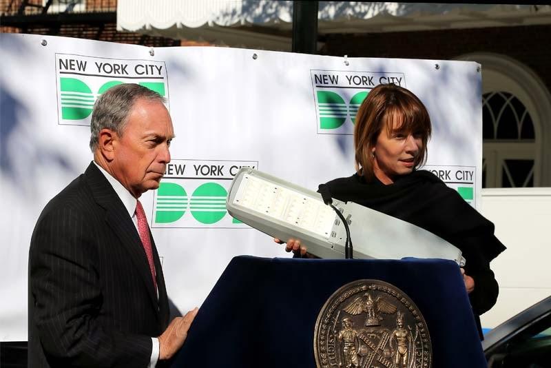 Мэр Нью-Йорка Майкл Блумберг и образчик светодиодного фонаря, которыми скоро будут освещены все улицы «Большого яблока».