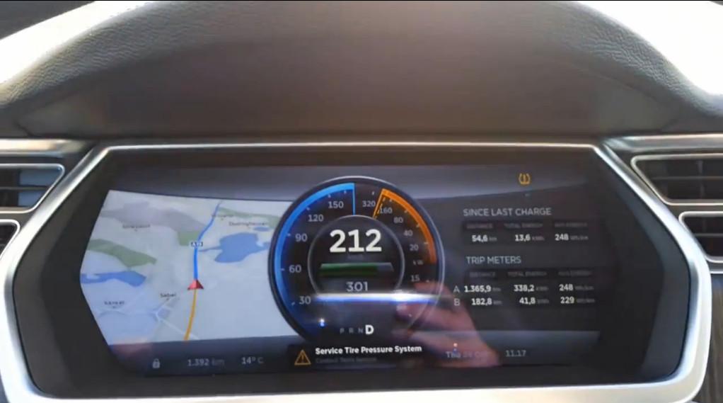 """Интересно, как вежливо обойдён вниманием вопрос скоростей, на которых все три вышеупомянутых Model S попадали в аварии. А гонять на этой машинке можно дай боже: 416 """"лошадей"""" под капотом (точнее, под задним мостом), от нуля до сотни за шесть секунд, а посмотреть, как это выглядит в деле, можно благодаря одному немцу, выжавшему на автобане под Берлином 212 км/ч — под свист ветра и полную тишину движка (ссылка на ролик - после статьи)."""