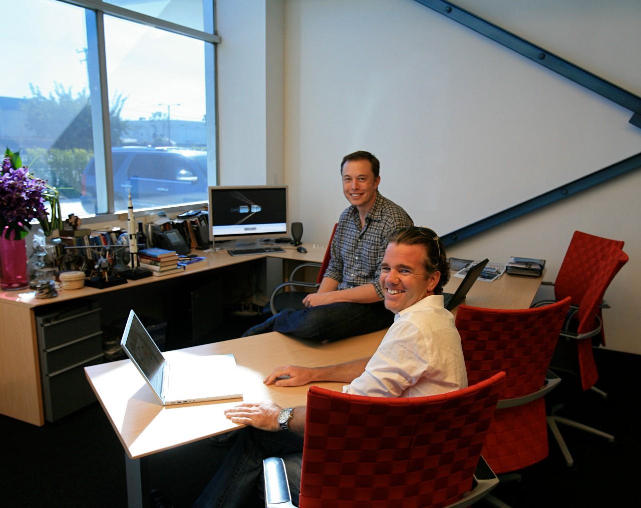 Маск не стесняется сообщать живописные подробности из ранних лет своей бизнес-биографии. Он пробовал пробиться в Netscape, но не получил ответа. Основав же с друзьями PayPal, мылся в благотворительном приюте по соседству с офисом.