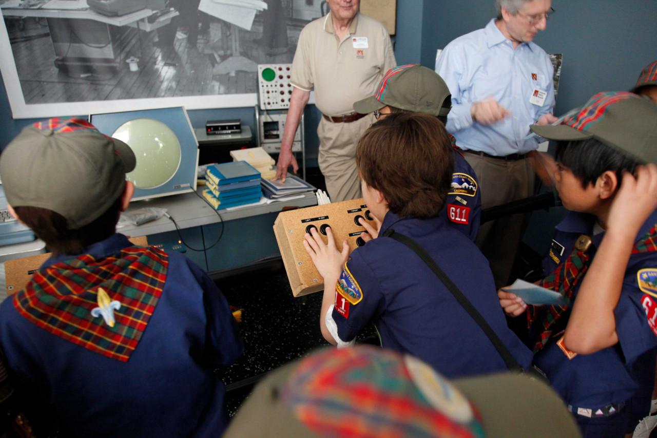 В компьютерных музеях работает только то, что сохранилось не в единственном экземпляре и поддаётся восстановлению (здесь: PDP-1 в Computer History Museum). Доступ к остальным экспонатам строго регламентирован: не прикасаться вовсе или по крайней мере голыми руками, снимать только с выключенной вспышкой и т.д.