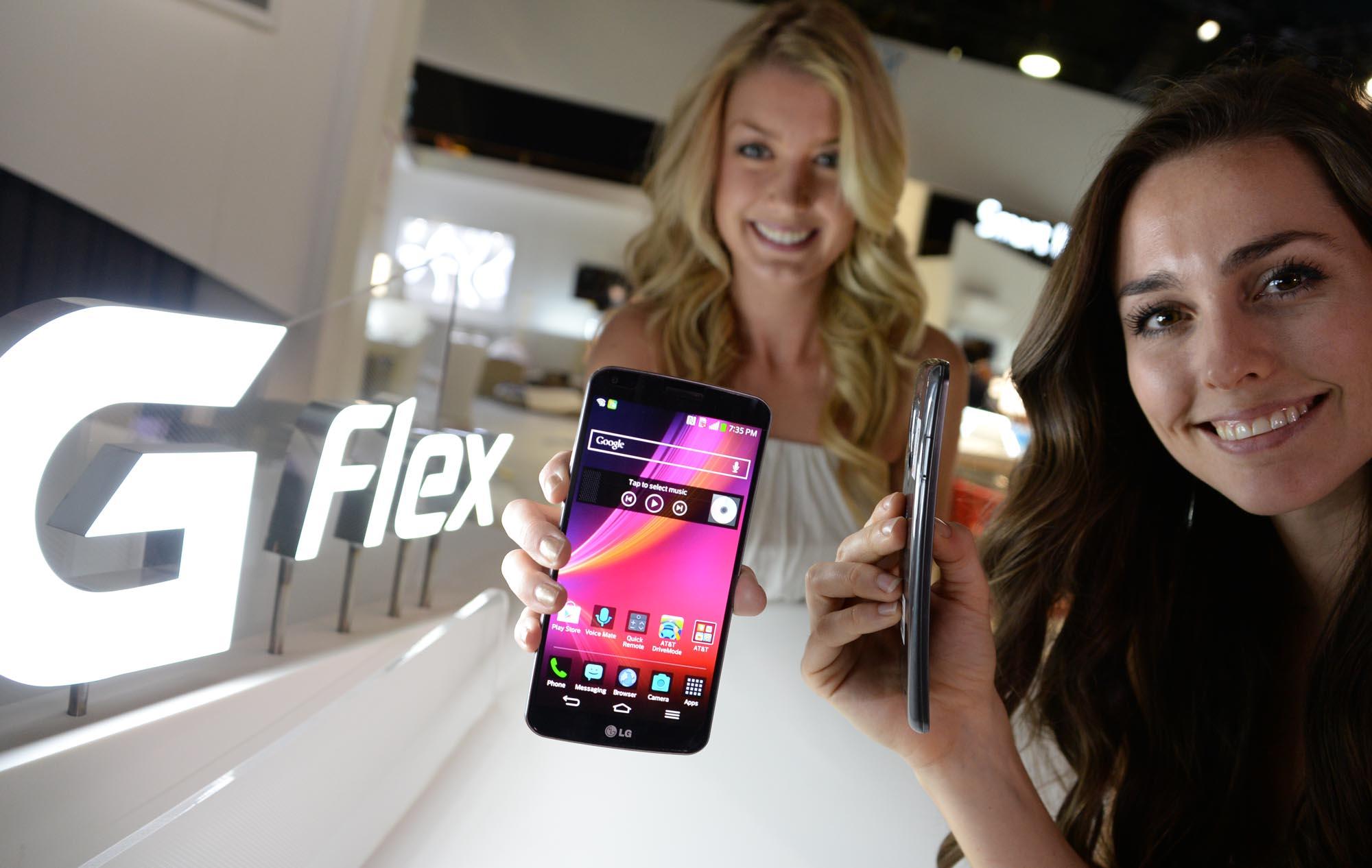 Глубину творческого кризиса, в котором оказалась индустрия мобильных устройств, можно оценить по такому факту: уже какое-то время производители заняты поиском не задач, решаемых с помощью технологий, а только красивых технологий, пусть даже без вразумительного объяснения, для чего они могут пригодиться. Возьмите те же гибкие дисплеи и корпуса (здесь: LG Flex). Красиво? Пожалуй. Но для чего?