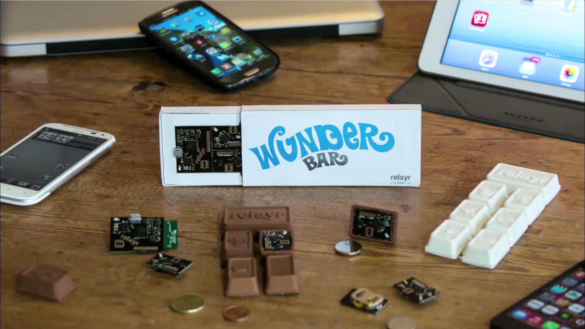 """Нельзя списывать со счётов и «умные конструкторы» вроде восхитительного в своей сырости WunderBar от европейского стартапа relayr. Это буквально набор кубиков, в которые упрятаны сенсоры и программируемые модули, связывающиеся без проводов и легко привязываемые, скажем, к смартфону. С таким конструктором возможно строить свои комплексы """"умного"""" слежения и управления тупыми бытовыми железками за время от десяти минут."""
