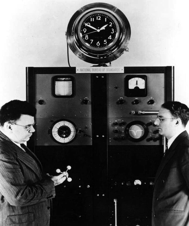 Директор Национального бюро стандартов доктор Эдвард Кондон (Edward Condon) и доктор Гарольд Лайонс (справа) в 1949 году (фото: nist.gov)