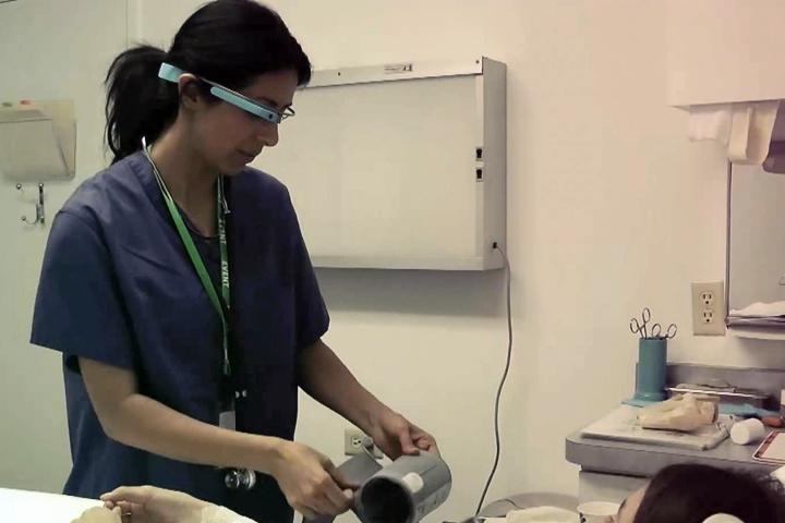 Google Glass уже используются в некоторых клиниках (фото: hitconsultant.net)