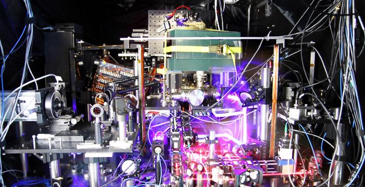 Прототип новых атомных часов на атомах стронция (фото: nist.gov)