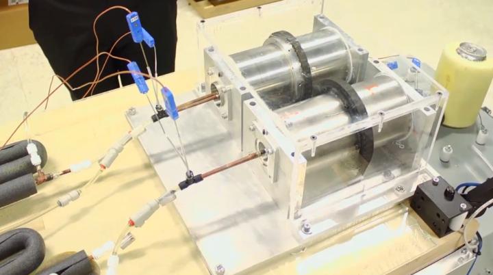 Экспериментальная холодильная установка на основе магнитоэлектрического эффекта (фото: General Electric)