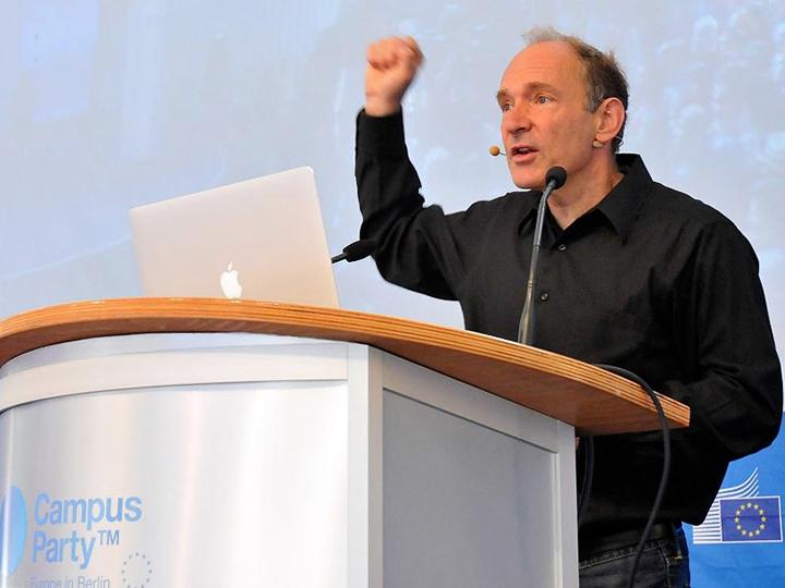 Сэр Тимоти Джон Бернерс-Ли выступает перед студенческим сообществом в Берлине (фото: dpa, tmk lre)