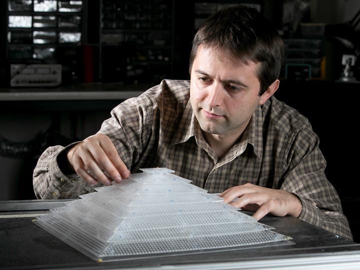 Аспирант университета Дьюка демонстрирует устройство полной акустической маскировки в лаборатории Стивена Каммера (фото: Duke University).