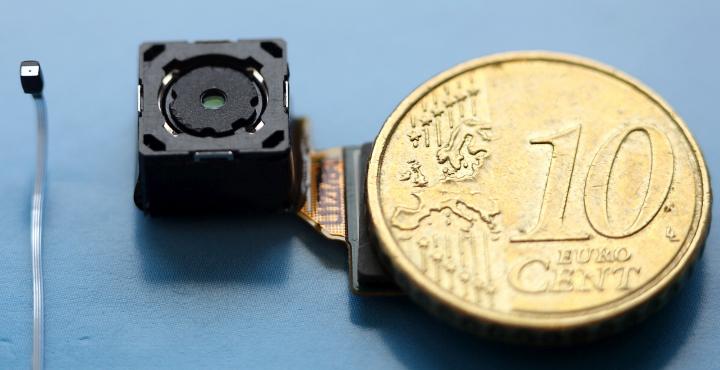 Слева направо: безлинзовая камера Rambus, модуль pinhole камеры и десять евроцентов (фото: chip.de).
