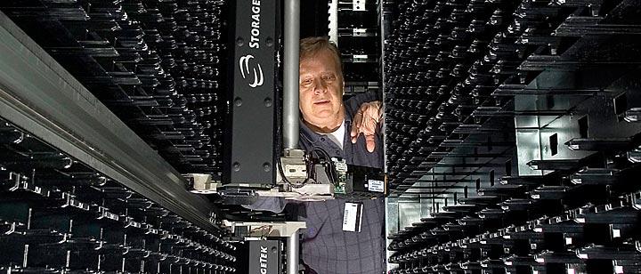 Обслуживание системы StorageTek (фото: bnl.gov).