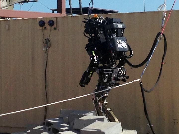 Робот Atlas компании Boston Dynamics во время испытаний в ходе DARPA Robotics Challenge (фото: m.technologyreview.com).