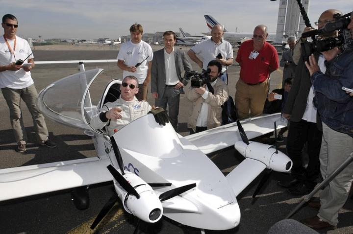 Одноместный самолёт Cri-Cri с парой электродвигателей (фото: latimes.com).