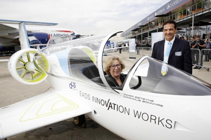 Министр высшего образования и научных исследований Франции Женевьева Фиоразо в кабине самолёта E-Fan (фото: airbus-group.com).