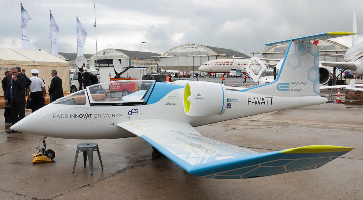 Самолёт E-Fan перед первым публичным полётом (фото: cockpitchatter.com).