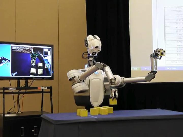 Аккуратный робот Justin с трёхпалым манипулятором компании SRI International (фото: plasticpals.com).