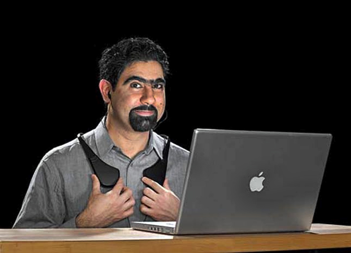 Шахрияр Афшар демонстрирует прототип жилета KOR-FX (фото: erdekesvilag.hu).