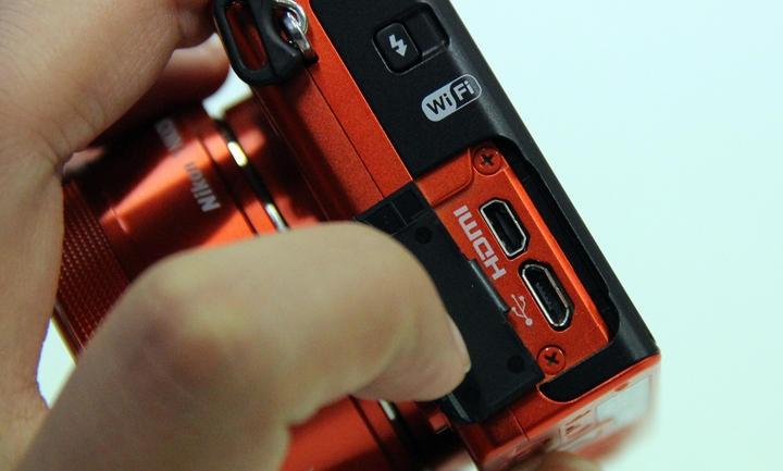 Nikon 1 J4 поддерживает три типа подключения (фото: cnet.com).