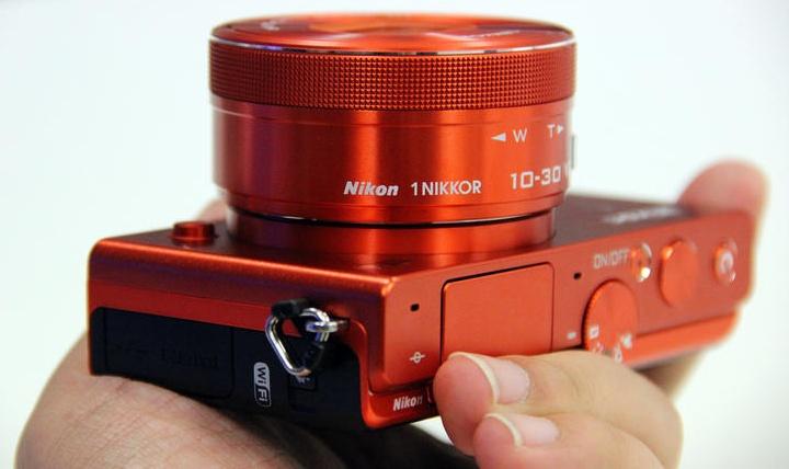 Nikon 1 J4 (фото: cnet.com).