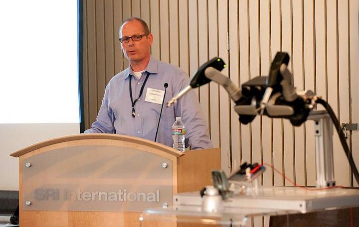 Рич Махони демонстрирует улучшенную версию универсального манипулятора на форуме The Future of Robotics в мае 2012 года (фото: sriinternational.tumblr.com).