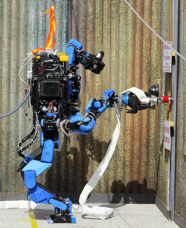 Робот Shaft в роли пожарного на конкурсе DARPA RC (фото: spectrum.ieee.org).