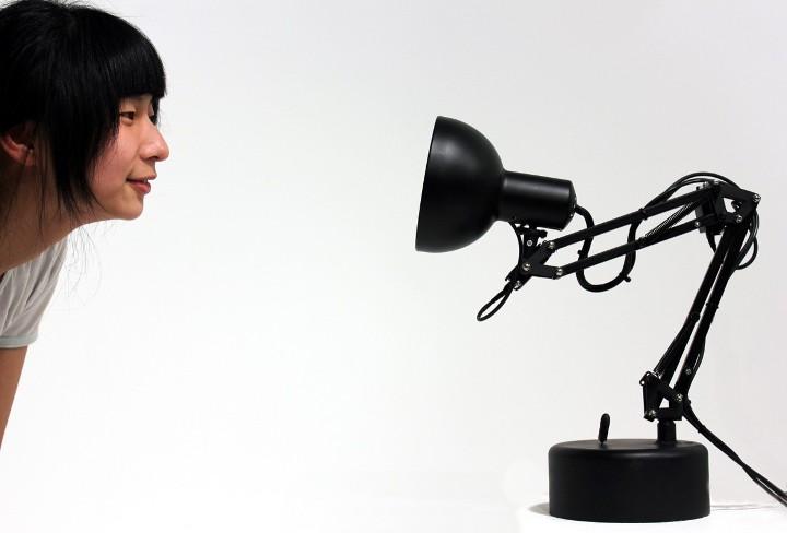 Это не просто лампа, а робот Pinokio, умеющий следить за лицами…