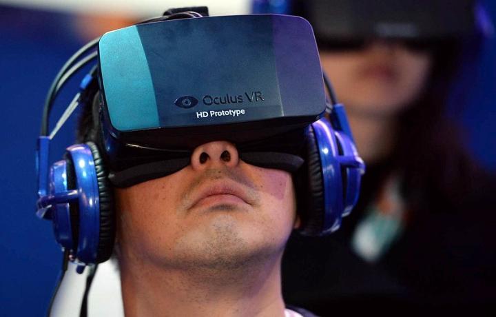 Прототип шлема ВР высокой чёткости Oculus Rift Crystal Cove (фото: Robyn Beck / AFP).