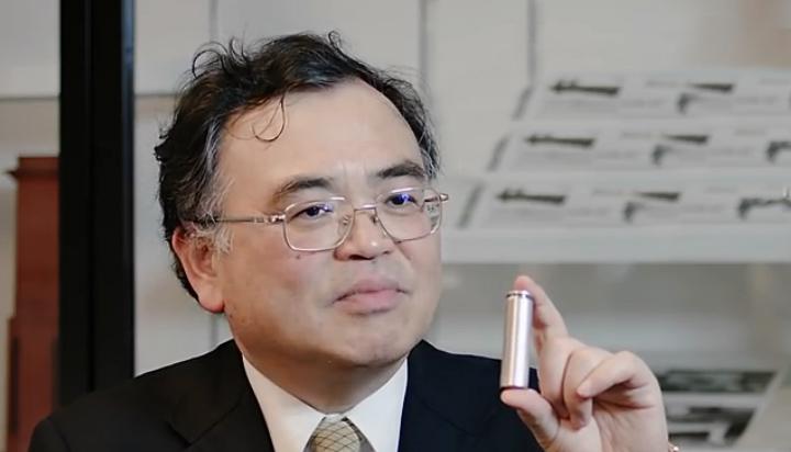 """Профессор кафедры прикладной химии Университета Кюсю Тацумэ Исихара держит в руках прототип """"двойного углеродного"""" аккумулятора типоразмера 18650 (фото: powerjapanplus.com)."""