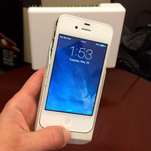 Прототип WattUp заряжает iPhone без проводов (фото: technologyreview.com).