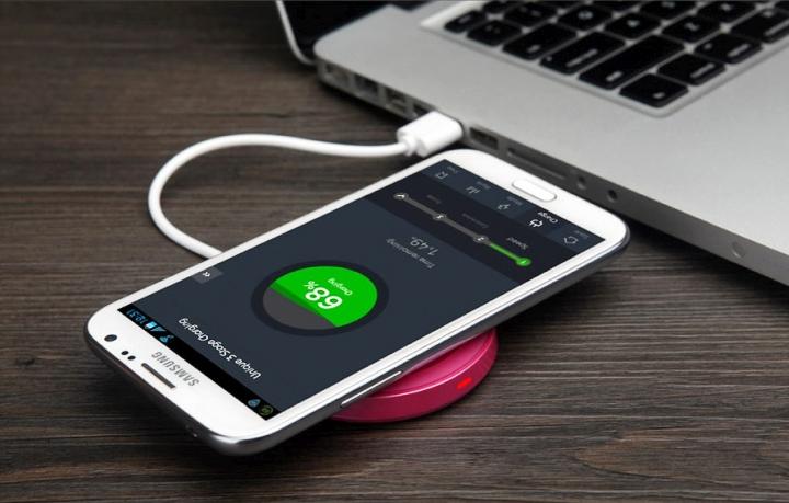 Индукционная зарядка лишь немного удобнее проводной (фото: tokopedia.net).