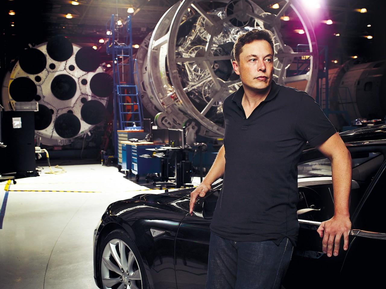 Маск, может быть, и эгоист, но рассуждает он трезво. По его словам, важны не сами инновации (или тем более патенты), а скорость их выдачи. Изобретай быстрее других — и сможешь жить и работать без патентов. Не этим ли занимаются все его бизнесы?